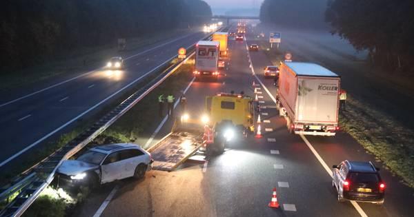 Auto total loss door ongeluk met vrachtwagen op A18 bij Didam.