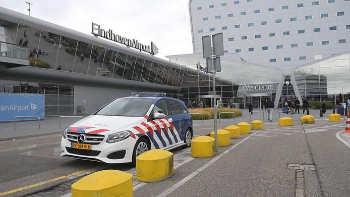 Op last van Belgische autoriteiten werd op Eindhoven Airport onderzoek gedaan door de Koninklijke Marechaussee. De aankomsthal werd daarvoor enige tijd afgesloten. Veel passagiers moesten in hun vliegtuig blijven zitten.