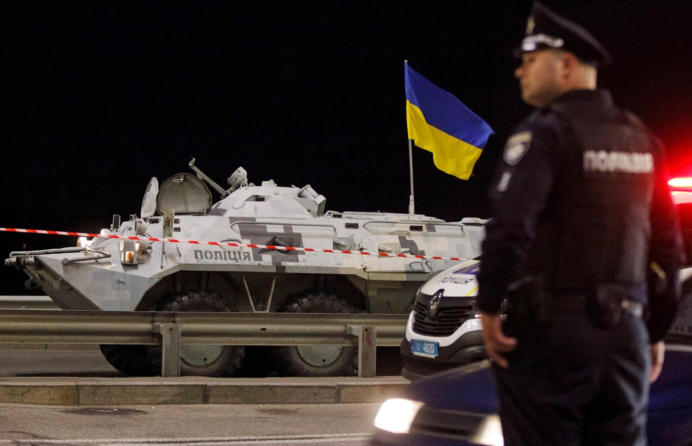 Een groot aantal politieauto's, een pantserwagen en bewapende agenten kwam ter plaatse