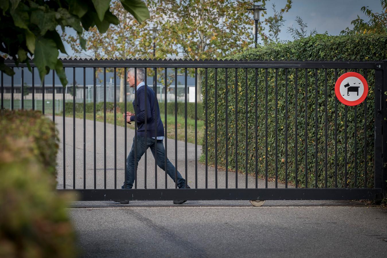 De poort bij Achilles'29 in Groesbeek gaat op slot en gaat ook niet meer open, zo wordt gezegd.