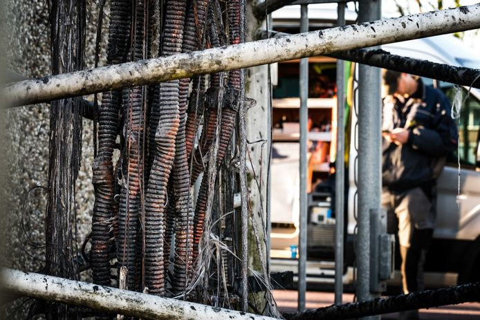 De zwaar beschadigde bekabeling van een zendmast in Nuenen, waar begin april brand woedde.