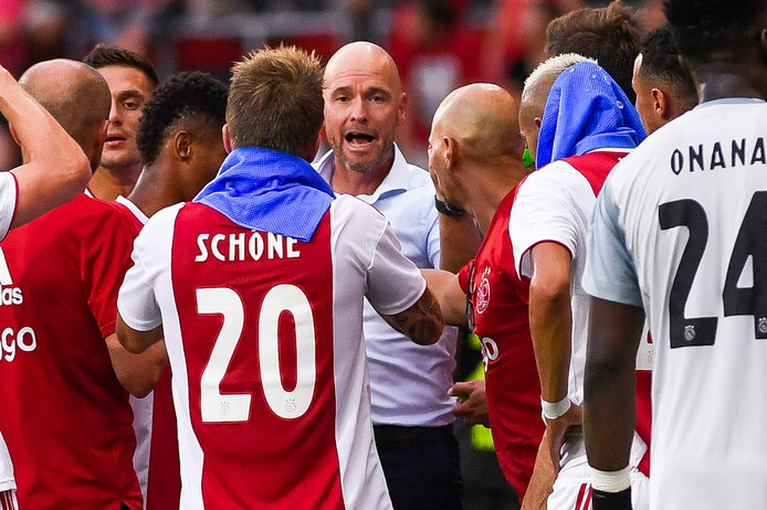 Erik ten Hag geeft instructies aan zijn spelers.