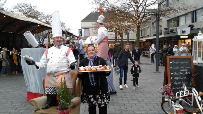 Op de laatste zaterdag van de maand oliebollen uitdelen in het centrum, zoals hier op de foto van vorig jaar, lijkt traditie te worden in Waalwijk.
