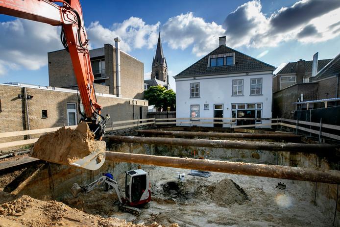 Achter het voormalige notarishuis werd meters diep een waterput, gemaakt van een wijnvat, aangetroffen.