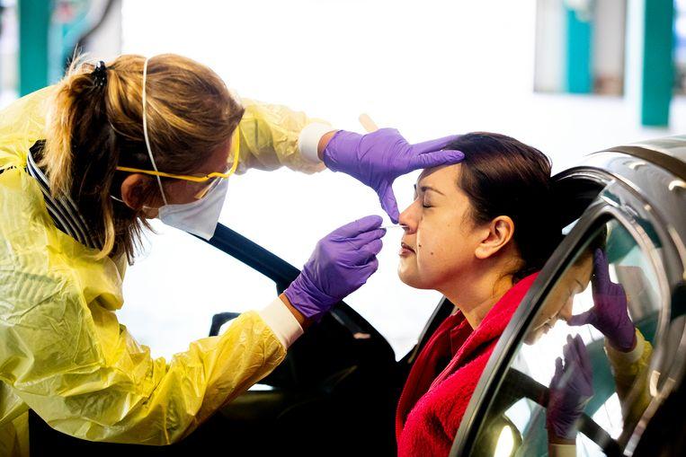 GGD-medewerkers nemen coronatests af in een drive-inlocatie bij mensen die in de zorg werken. Beeld BSR Agency