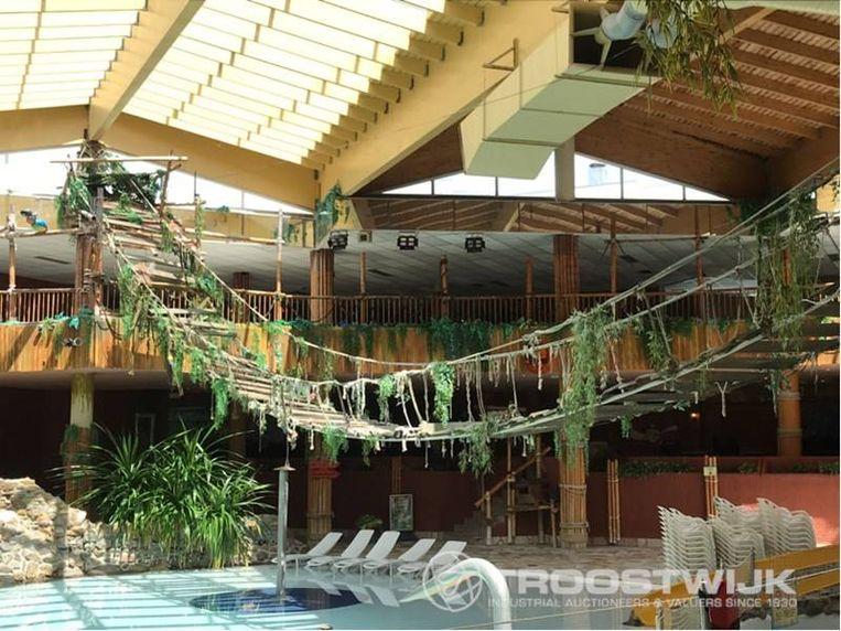 De immense hangbrug boven het zwembad