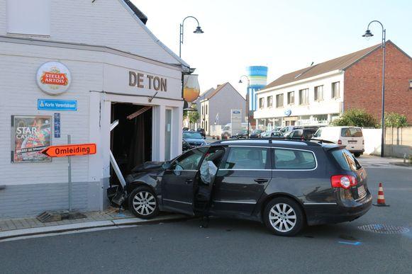 De bestuurster reed met haar voertuig tegen de gevel van het café.