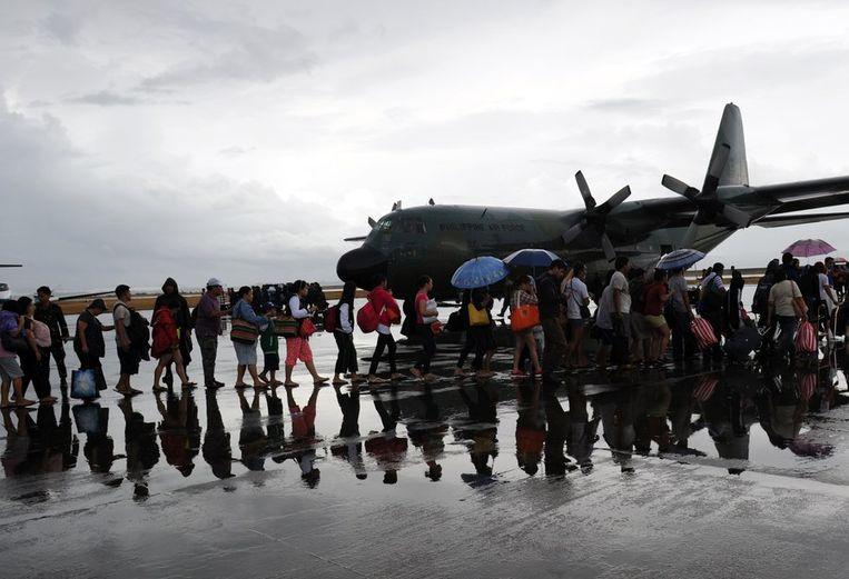 Rijen slachtoffers op het vliegveld van Tacloban Beeld ANP