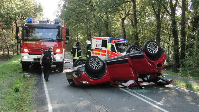 De rode Audi sloeg over de kop.