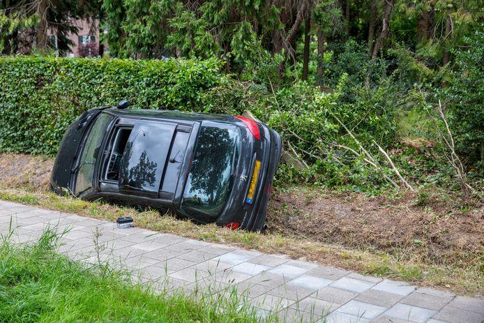 Auto in sloot in Hoeven