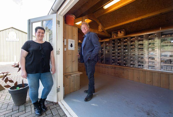 Sandra de Leeuw en Piet Hermus op een van de locaties in Made waar de streekproducten worden verkocht.
