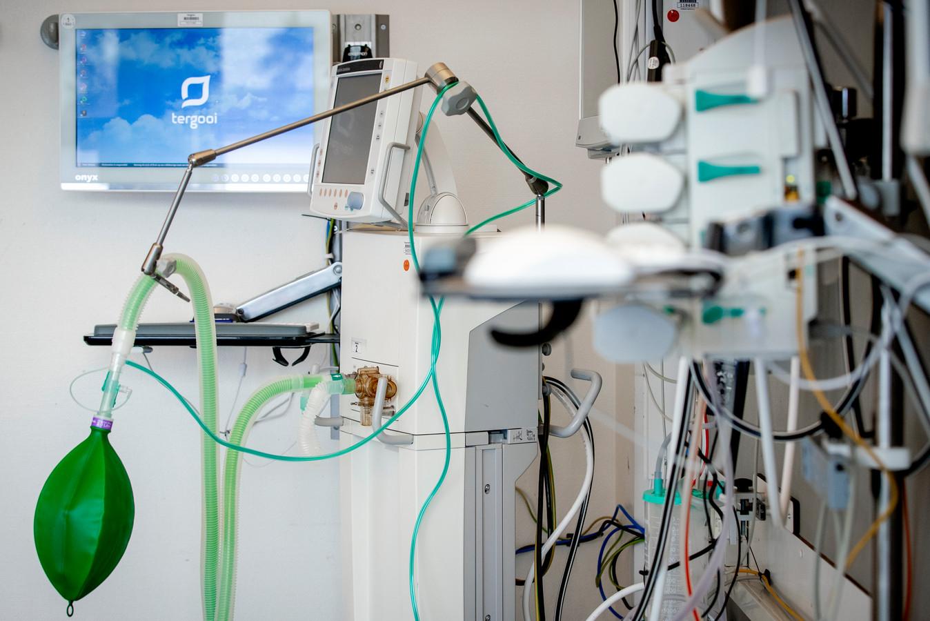 Een beademingsapparaat in een extra intensive care-kamer in het Tergooi ziekenhuis.