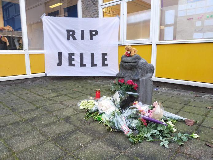 Voor de basisschool van het omgekomen kind bij de flatbrand in Arnhem is een monumentje ontstaan.