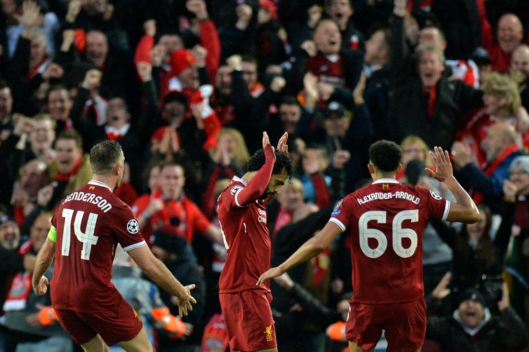 epaselect epa06690026 Liverpool's Mohamed Salah (C) celebrates with his teammates scoring the 1-0 goal during the UEFA Champions League semi final, first leg soccer match between Liverpool FC and AS Roma at Anfield, Liverpool, Britain, 24 April 2018.  EPA/PETER POWELL