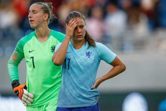 Sari van Veenendaal en Lieke Martens treuren na de nederlaag tegen Noorwegen van vorige maand. De Oranje Leeuwinnen moeten zich nu via de play-offs zien te plaatsen voor het WK 2019 in Frankrijk.