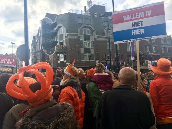 Met hun protestbordjes mengden de republikeinen zich tussen de schare Oranjefans.