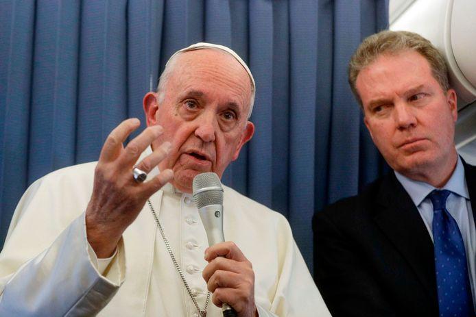 De paus tijdens een persconferentie aan boord van het vliegtuig dat hem van Ierland naar Rome vloog.