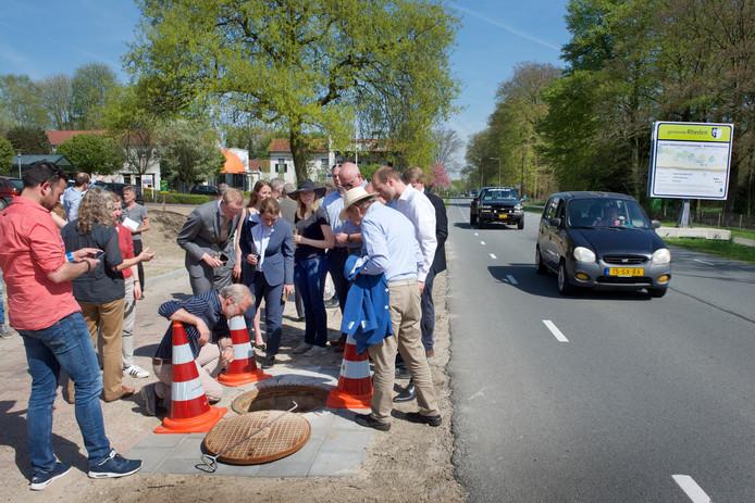 Grote belangstelling van omwonenden voor de experimentele infiltratie installatie nabij Hotel de Roskam.