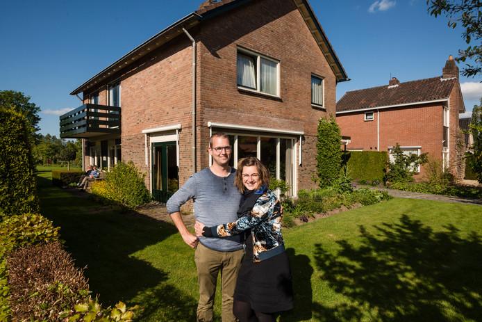 Gerben (31) en Femke (28) Bakhuis  zijn blij met hun nieuwe onderkomen. Het jonge stel trekt in de ruime woning van het echtpaar Mollenhof.