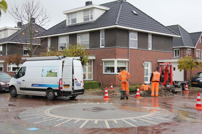 Medewerkers van Vitens repareren de waterleiding in de Verenlandweg.