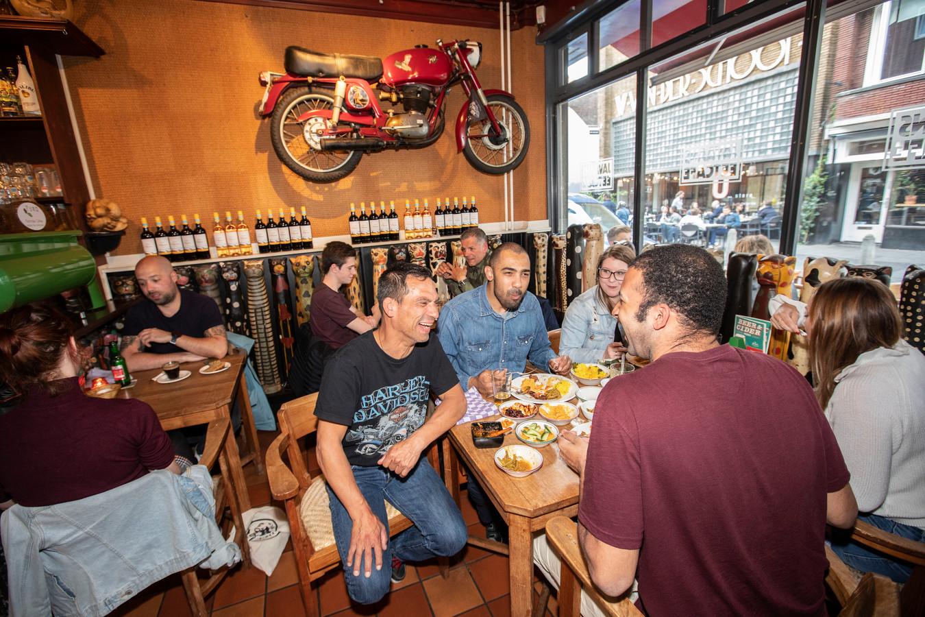 De eerste indruk: een sfeervolle chaos, met de uitstraling van een stoer, bruin café.