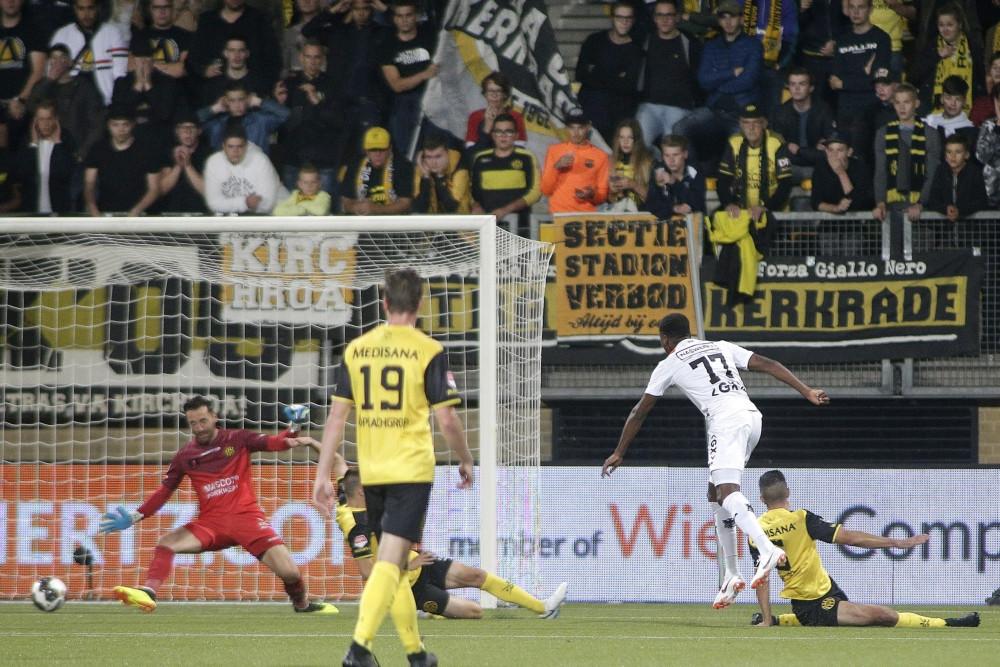 Jonathan Okita maakt de 1-1 in Kerkrade.