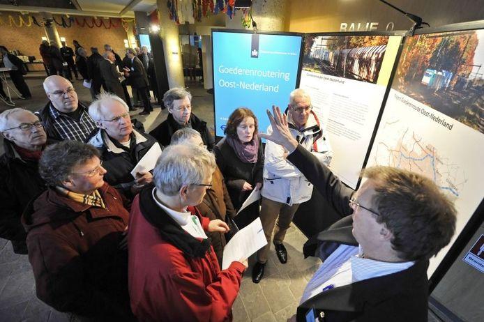 Tientallen mensen bezichten de inloopbijeenkomst en lieten zich informeren. Foto: Carlo ter Ellen.