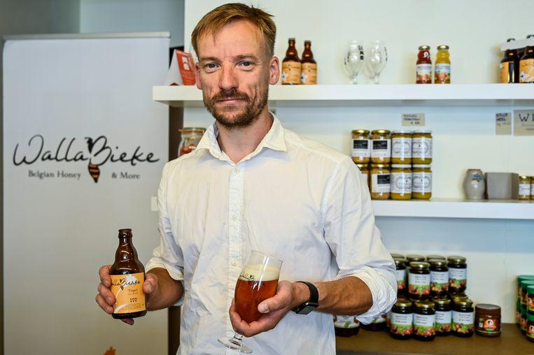 Bart Callaert met zijn nieuwe honingbier: het WallaBierke Tripel.