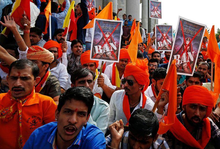 Betogers in Bangalore roepen leuzen tegen de  film Padmavati. Beeld REUTERS
