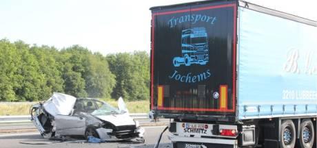 Opnieuw raak op de A1, nu tussen Hengelo en Apeldoorn: gewonde bij botsing auto en vrachtwagen