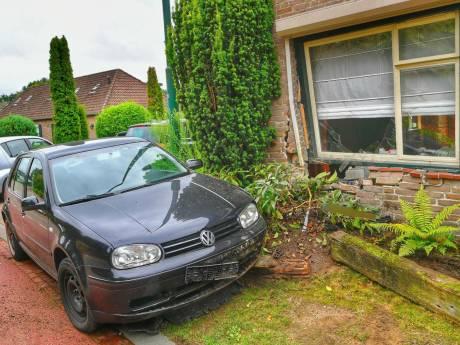 Auto botst tegen voorgevel woning in Riethoven