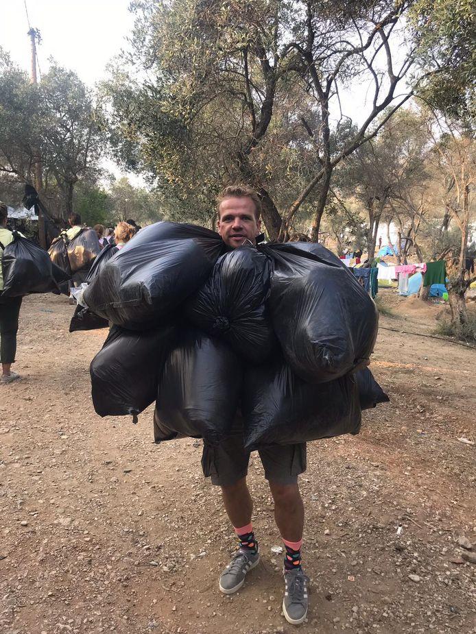 Joep de Ruiter sjouwt met slaapzakken in een vluchtelingenkamp op Lesbos.