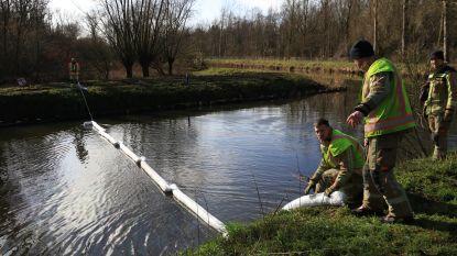Stekense Vaart en Moervaart getroffen door olievervuiling, brandweer legt drijvende dammen aan