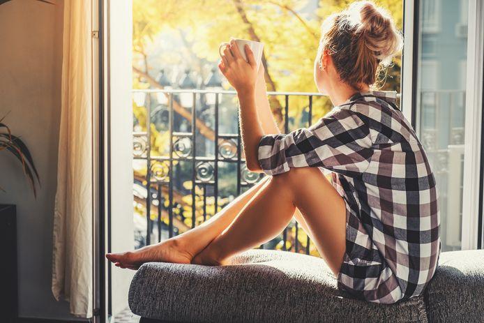 Al ga je voor een open raam zitten, probeer elke dag wat zon mee te pakken, zeggen de experts.
