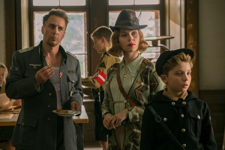 Sam Rockwell, Scarlett Johansson en Roman Griffin Davis in Jojo Rabbit.  Beeld null