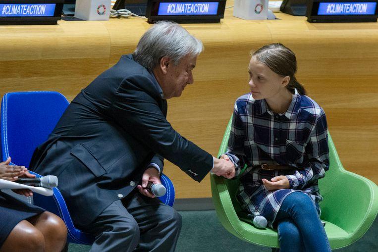 Greta Thunberg schudt de hand van secretaris-generaal Guterres.  Beeld AP