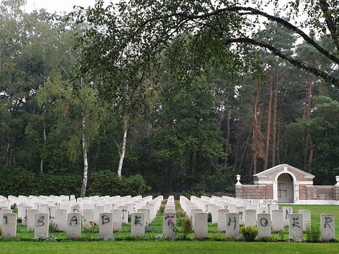 De bekladde onderdelen van de Mierlo War Cemetery.
