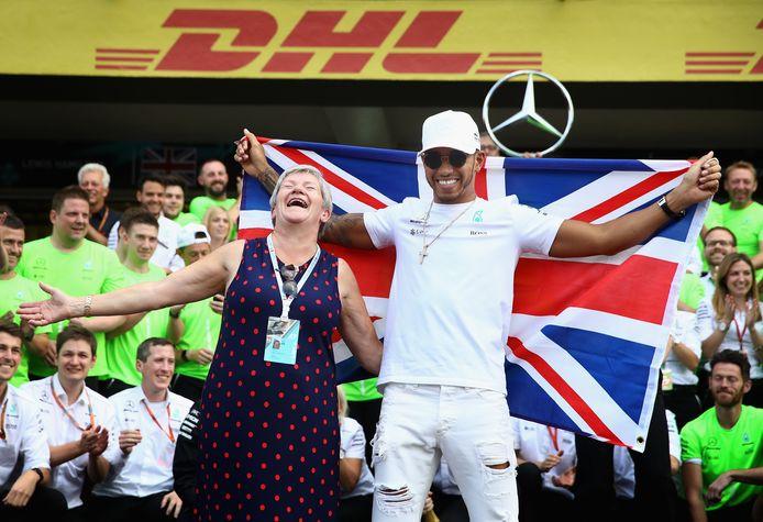 2017: Samen met zijn moeder viert Lewis Hamilton na de Grand Prix van Mexico zijn vierde wereldtitel in de Formule 1.