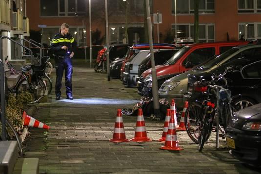 De politie doet onderzoek na de dodelijke schietpartij in de Ameidestraat in Rotterdam.