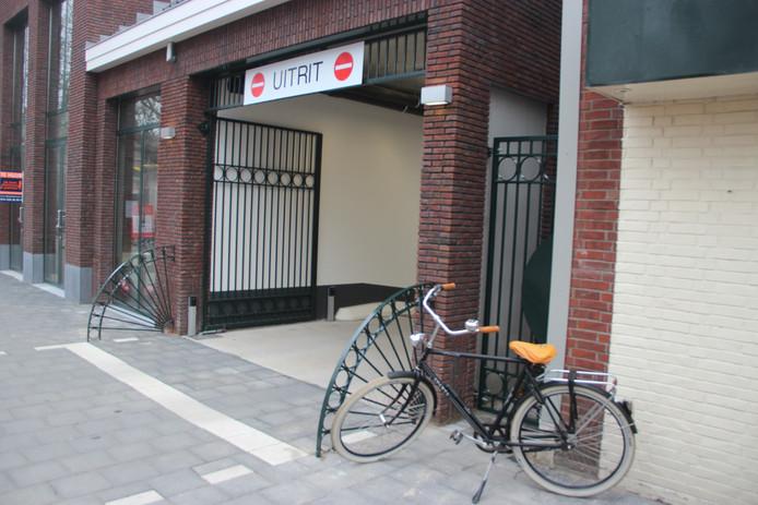 Boogjes om de voetganger te beschermen, plús een strategisch geparkeerde fiets.