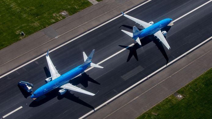 Een deel van de KLM-vloot staat geparkeerd op een startbaan. Jeroen Komen is hobbypiloot en fotograaf.