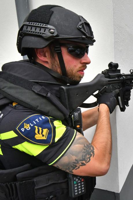 Zwaarbewapende agenten op straat tijdens militaire oefening in Haaksbergen