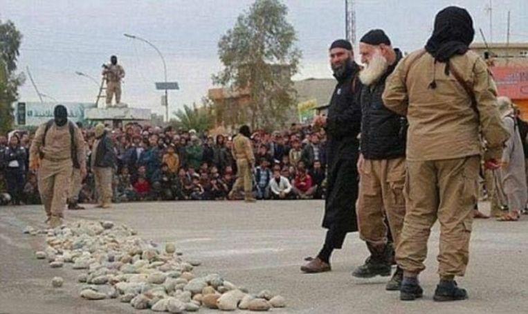 De man met witte baard, geïdentificeerd als Abu Omer, kijkt naar een hoop stenen vooraleer over te gaan tot de openbare executie.