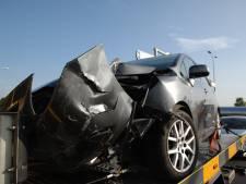Automobilist ziet aanhanger over het hoofd op N325: drie auto's flink beschadigd