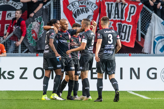 Vreugde bij de spelers van MVV na de 0-1 van Anthony van den Hurk.