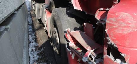 Botsing tussen vrachtwagen en bestelbus op A28