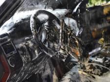 Range Rover in vlammen op in Bergeijk: bestuurder springt op tijd uit voertuig