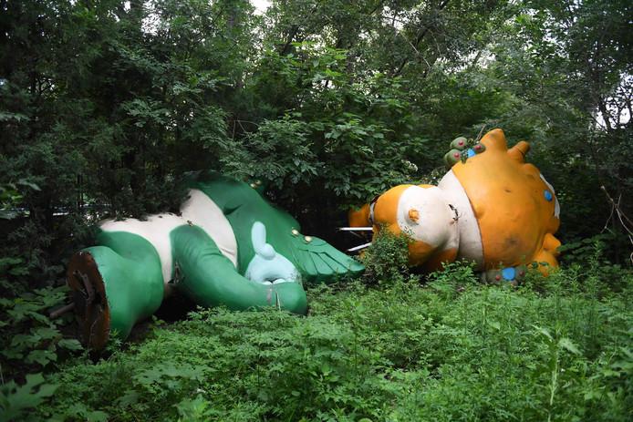Twee van de vijf mascottes, Nini en Yingying, liggen er tien jaar na dato levenloos bij.