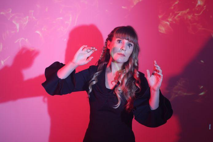 Emily Jane White treedt dinsdag op in de Helmondse Cacaofabriek: 'De wereld die ik in mijn songs creëer, wordt zeer goed begrepen in Europa'.