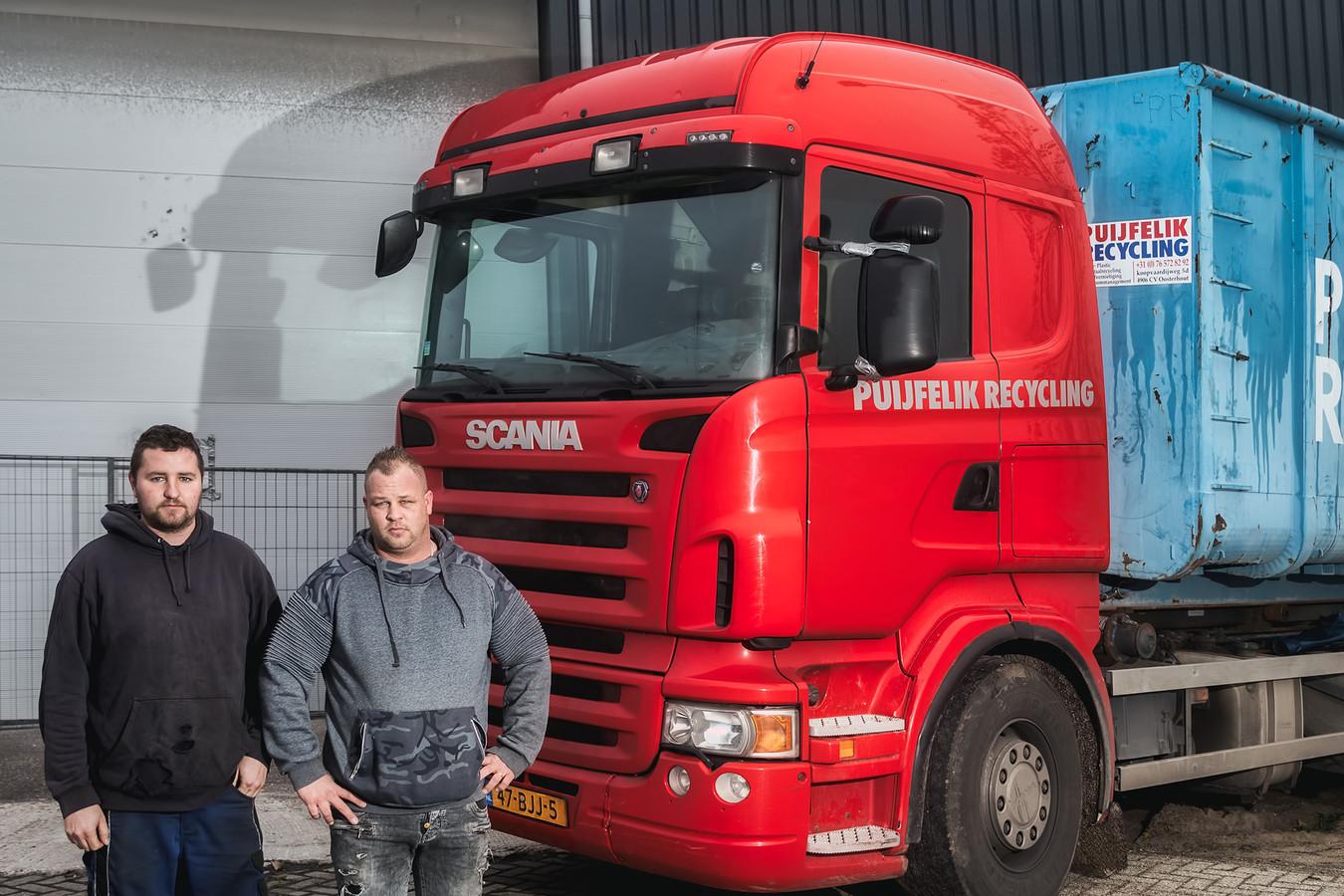 Jaimy en Andries van Puijfelik, van het gelijknamige bedrijf recyclingbedrijf, voor hun terrein aan de Koopvaardijweg in Oosterhout, wat een jaar gesloten is in verband met een drugsvondst. Foto Pix4Profs / Johan Wouters